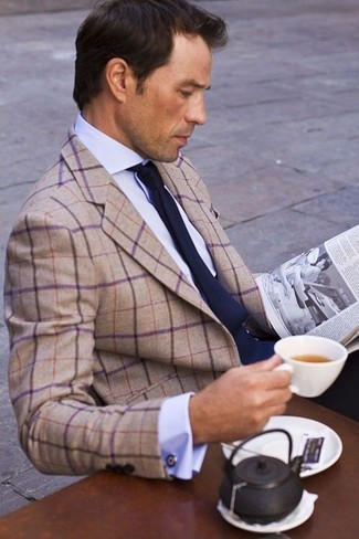 beige Sakko mit Schottenmuster, hellblaues Businesshemd, dunkelblaue Krawatte für Herren