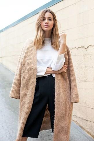 Wie kombinieren: beige Strick Mantel, weißer Pullover mit einem Rundhalsausschnitt, schwarzer Hosenrock