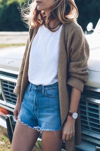 Wie kombinieren: beige Strick Mantel, weißes T-Shirt mit einem Rundhalsausschnitt, blaue Jeansshorts