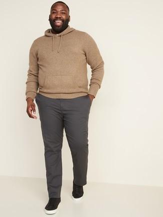 Dunkelgraue Chinohose kombinieren – 500+ Herbst Herren Outfits: Kombinieren Sie einen beige Strick Pullover mit einem Kapuze mit einer dunkelgrauen Chinohose für ein Alltagsoutfit, das Charakter und Persönlichkeit ausstrahlt. Schwarze Wildleder niedrige Sneakers fügen sich nahtlos in einer Vielzahl von Outfits ein. So ist der Look total herbsttauglich.