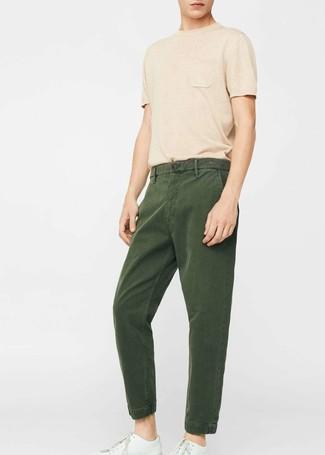 Wie kombinieren: beige T-Shirt mit einem Rundhalsausschnitt, dunkelgrüne Chinohose, weiße Leder niedrige Sneakers
