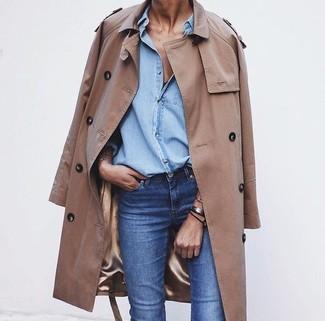 Erwägen Sie das Tragen von einem beige Trenchcoat und blauen Jeans für ein bequemes Outfit, das außerdem gut zusammen passt.