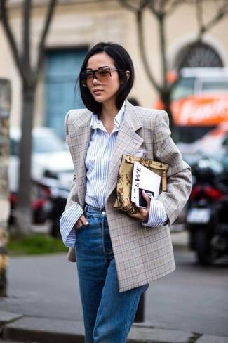 Wie kombinieren: beige Zweireiher-Sakko mit Karomuster, hellblaues vertikal gestreiftes Businesshemd, blaue Boyfriend Jeans
