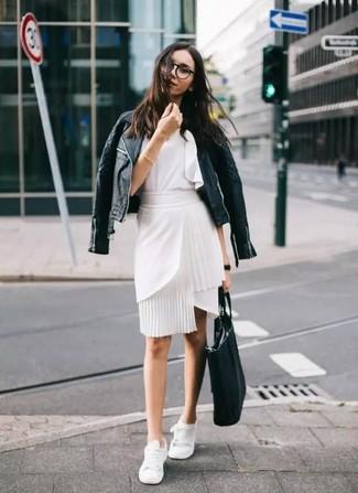 Wie kombinieren: schwarze gesteppte Leder Bikerjacke, weißes ärmelloses Oberteil mit Rüschen, weißer Bleistiftrock, weiße niedrige Sneakers