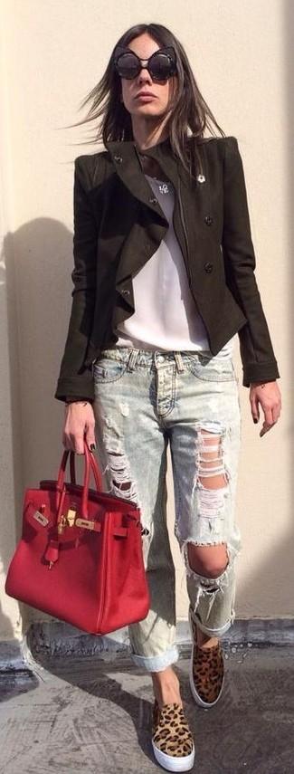 Wie kombinieren: schwarze Bikerjacke, weißes ärmelloses Oberteil aus Seide, hellblaue Boyfriend Jeans mit Destroyed-Effekten, beige Slip-On Sneakers mit Leopardenmuster