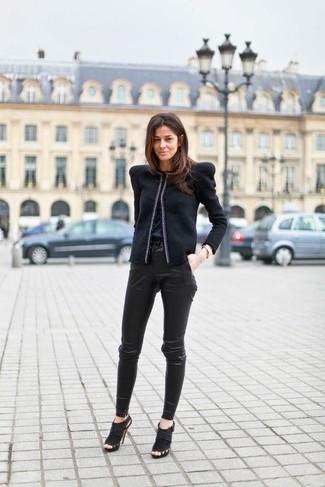 Wie kombinieren: schwarze Bikerjacke, schwarzes ärmelloses Oberteil aus Seide, schwarze enge Hose aus Leder, schwarze Wildleder Stiefeletten mit Ausschnitten