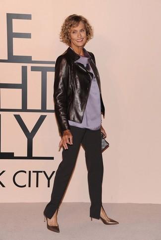 Kombinieren Sie eine schwarze Leder Bikerjacke mit einer schwarzen Karottenhose, um einen lockeren, aber dennoch stylischen Look zu erhalten. Fügen Sie goldenen Leder Pumps für ein unmittelbares Style-Upgrade zu Ihrem Look hinzu.