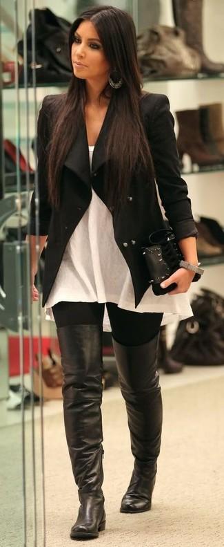 Wie kombinieren: schwarze Bikerjacke, weißes ärmelloses Oberteil, schwarze Leggings, schwarze Overknee Stiefel aus Leder
