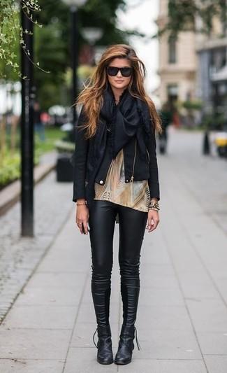 Halten Sie Ihr Outfit locker mit einer schwarzen Leder Bikerjacke und schwarzen Lederleggings. Fühlen Sie sich ideenreich? Ergänzen Sie Ihr Outfit mit schwarzen Leder Stiefeletten.