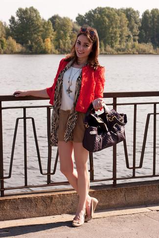 Wie kombinieren: rote Spitze Bikerjacke, weißes ärmelloses Oberteil aus Seide, beige Shorts, hellbeige Leder Ballerinas