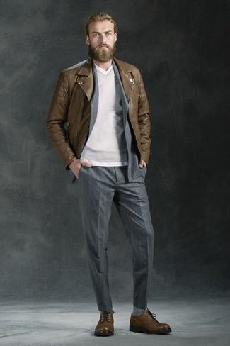 Etwas Einfaches wie die Wahl von einer Braunen Leder Bikerjacke und einem Grauen vertikal gestreiften Anzug kann Sie von der Menge abheben. Braune Leder Derby Schuhe fügen sich nahtlos in einer Vielzahl von Outfits ein.