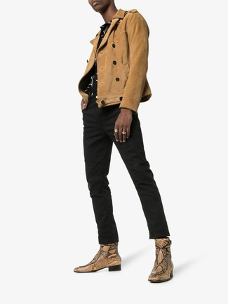 Hellbeige Chelsea Boots aus Leder mit Schlangenmuster kombinieren: Paaren Sie eine beige Wildleder Bikerjacke mit schwarzen Jeans für einen bequemen Alltags-Look. Fühlen Sie sich ideenreich? Ergänzen Sie Ihr Outfit mit hellbeige Chelsea-Stiefeln aus Leder mit Schlangenmuster.