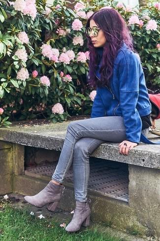 Blaue Wildleder Bikerjacke, Graue Enge Jeans, Graue Wildleder Stiefeletten, Goldene Sonnenbrille für Damen