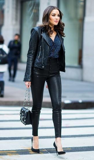 Wie kombinieren: schwarze Leder Bikerjacke, dunkelblaue und weiße gepunktete Bluse mit Knöpfen, schwarze enge Hose aus Leder, schwarze Wildleder Pumps