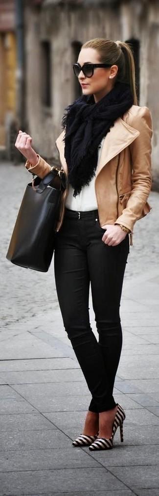 Paaren Sie eine beige Leder Bikerjacke mit schwarzen engen Jeans, um einen schicken, glamurösen Look zu erhalten. Fühlen Sie sich mutig? Wählen Sie schwarzen und weißen horizontal gestreiften Leder Pumps.