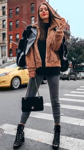 Schwarze Wildleder Umhängetasche kombinieren – 135 Damen Outfits: Eine schwarze Leder Bikerjacke und eine schwarze Wildleder Umhängetasche sind absolut Casual-Basics und können mit einer Vielzahl von Kleidungsstücken kombiniert werden. Machen Sie Ihr Outfit mit schwarzen Schnürstiefeletten aus Leder eleganter.