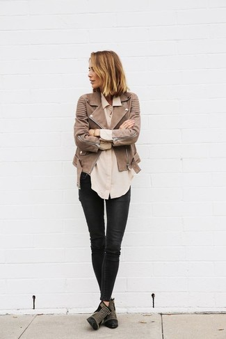 Wie kombinieren: braune Leder Bikerjacke, hellbeige Businesshemd, schwarze Leder enge Jeans, schwarze beschlagene Leder Stiefeletten