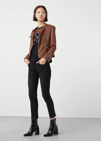 Wie kombinieren: braune Leder Bikerjacke, schwarzer Pullover mit einem Rundhalsausschnitt mit Blumenmuster, schwarze enge Jeans, schwarze Leder Stiefeletten