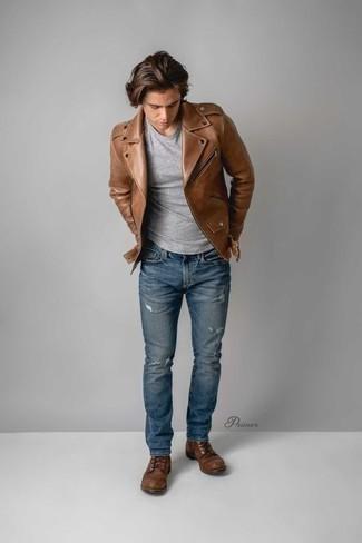 Braune Leder Bikerjacke kombinieren: trends 2020: Paaren Sie eine braune Leder Bikerjacke mit blauen Jeans mit Destroyed-Effekten für einen entspannten Wochenend-Look. Fühlen Sie sich ideenreich? Wählen Sie eine braune Lederfreizeitstiefel.