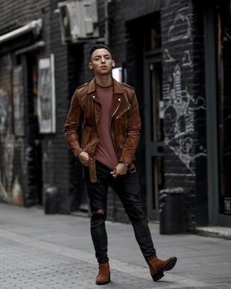 Schwarze Jeans mit Destroyed-Effekten kombinieren: trends 2020: Kombinieren Sie eine braune Wildleder Bikerjacke mit schwarzen Jeans mit Destroyed-Effekten für einen entspannten Wochenend-Look. Fühlen Sie sich ideenreich? Komplettieren Sie Ihr Outfit mit braunen Chelsea Boots aus Wildleder.