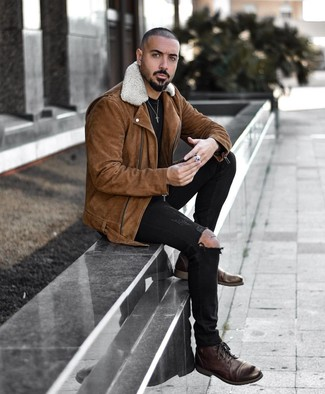 Wie kombinieren: braune Wildleder Bikerjacke, schwarzes T-Shirt mit einem Rundhalsausschnitt, schwarze enge Jeans mit Destroyed-Effekten, dunkelbraune Lederfreizeitstiefel