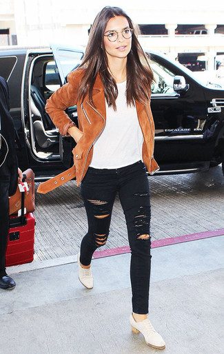Wie kombinieren: braune Wildleder Bikerjacke, weißes T-Shirt mit einem Rundhalsausschnitt, schwarze enge Jeans mit Destroyed-Effekten, weiße Leder Oxford Schuhe