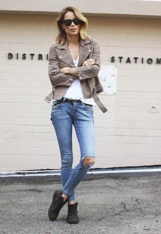 Wie kombinieren: braune Leder Bikerjacke, weißes T-Shirt mit einem V-Ausschnitt, hellblaue enge Jeans mit Destroyed-Effekten, schwarze hohe Sneakers aus Leder
