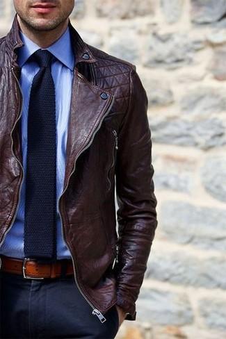 Entscheiden Sie sich für eine dunkelbraune Leder Bikerjacke und eine dunkelblaue Anzughose für Drinks nach der Arbeit.