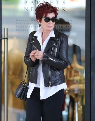 Sharon Osbourne trägt Schwarze Leder Bikerjacke, Weißes Businesshemd, Schwarze Anzughose, Schwarze Leder Umhängetasche