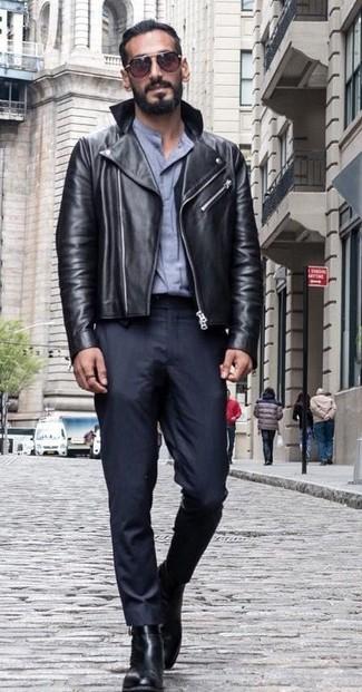 Wie kombinieren: schwarze Leder Bikerjacke, graues Businesshemd, schwarze Anzughose, schwarze Chelsea-Stiefel aus Leder