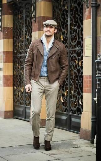 Braune Leder Bikerjacke kombinieren: trends 2020: Kombinieren Sie eine braune Leder Bikerjacke mit einer hellbeige Anzughose für einen für die Arbeit geeigneten Look. Dieses Outfit passt hervorragend zusammen mit dunkelbraunen Chelsea Boots aus Wildleder.