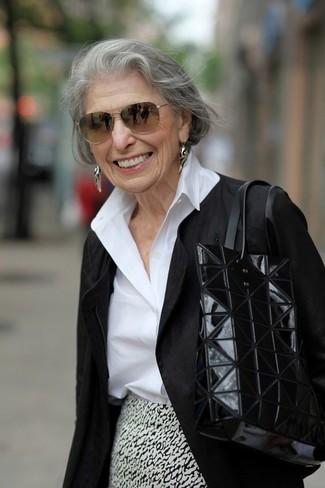 Silberne Ohrringe kombinieren: trends 2020: Tragen Sie eine schwarze Bikerjacke und silbernen Ohrringe für ein zeitgenössisches Wochenend-Outfit.