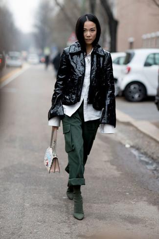 Wie kombinieren: schwarze Leder Bikerjacke, weißes Businesshemd, dunkelgrüne Cargohose, dunkelgrüne Wildleder Stiefeletten