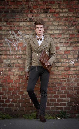 Wie kombinieren: beige Leder Bikerjacke, weißes Businesshemd, schwarze Chinohose, dunkelbraune Leder Derby Schuhe