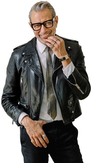 Wie kombinieren: schwarze Leder Bikerjacke, weißes Businesshemd, schwarze Chinohose, graue bedruckte Krawatte