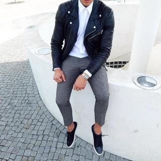 Wie kombinieren: schwarze Leder Bikerjacke, weißes Businesshemd, graue Wollchinohose, schwarze Wildleder niedrige Sneakers