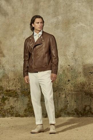 Krawatte kombinieren – 500+ Herren Outfits: Stechen Sie unter anderen modebewussten Menschen hervor mit einer braunen Leder Bikerjacke und einer Krawatte. Suchen Sie nach leichtem Schuhwerk? Wählen Sie hellbeige Chukka-Stiefel aus Wildleder für den Tag.