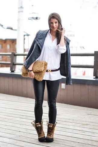 Schwarze enge Hose aus Leder kombinieren: trends 2020: Die Kombination aus einer schwarzen Leder Bikerjacke und einer schwarzen enger Hose aus Leder liefert entspannten und tollen Stil. Braune Lederwinterschuhe leihen Originalität zu einem klassischen Look.