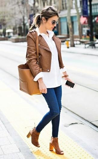 Wie kombinieren: braune Leder Bikerjacke, weißes Businesshemd, dunkelblaue enge Jeans, braune Wildleder Stiefeletten mit Ausschnitten