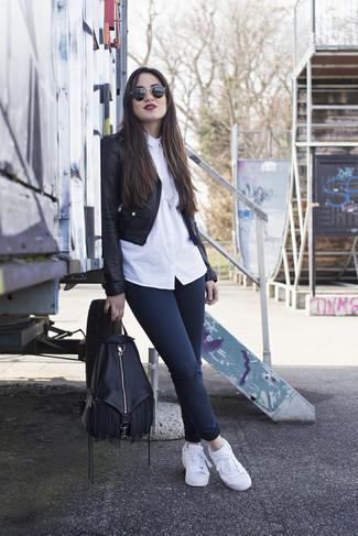 Wie kombinieren: schwarze Leder Bikerjacke, weißes Businesshemd, dunkelblaue enge Jeans, weiße Leder niedrige Sneakers