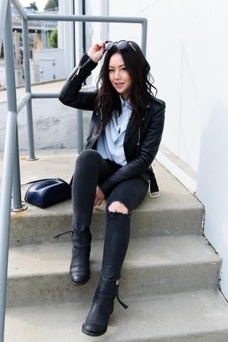 Wie kombinieren: schwarze Leder Bikerjacke, hellblaues Businesshemd, schwarze enge Jeans mit Destroyed-Effekten, schwarze Chelsea-Stiefel aus Leder