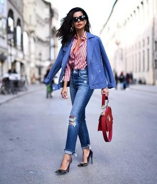 Wie kombinieren: blaue Bikerjacke, weißes und rotes vertikal gestreiftes Businesshemd, blaue Jeans mit Destroyed-Effekten, schwarze beschlagene Leder Pumps