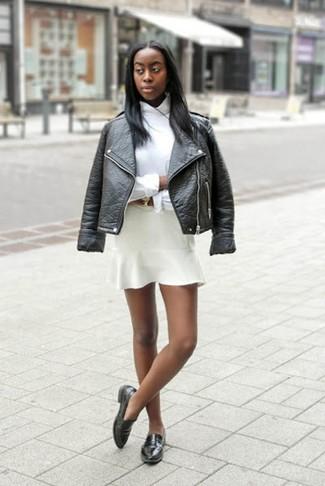 Wie kombinieren: schwarze Leder Bikerjacke, weißes Businesshemd, weißer Skaterrock, schwarze Leder Slipper