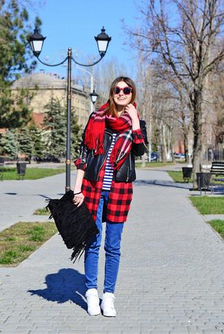 Wie kombinieren: schwarze Leder Bikerjacke, rotes und schwarzes Businesshemd mit Karomuster, weißes und dunkelblaues horizontal gestreiftes T-Shirt mit einem Rundhalsausschnitt, blaue enge Jeans