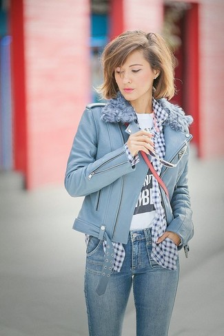 Wie kombinieren: hellblaue Leder Bikerjacke, dunkelblaues und weißes Businesshemd mit Vichy-Muster, weißes und schwarzes bedrucktes T-Shirt mit einem Rundhalsausschnitt, blaue enge Jeans