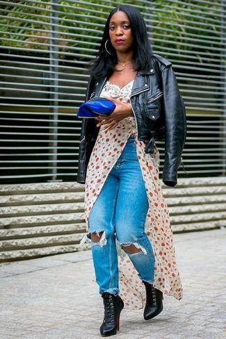 Wie kombinieren: schwarze Leder Bikerjacke, weißes bedrucktes Camisole-Kleid, blaue Jeans mit Destroyed-Effekten, schwarze Schnürstiefeletten aus Leder