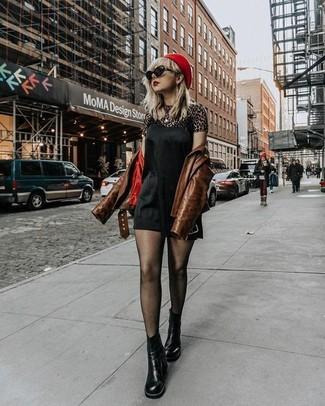 Eine braune leder bikerjacke und eine schwarze sonnenbrille von Prada sind eine perfekte Wochenend-Kombination. Schwarze chelsea-stiefel aus leder fügen sich nahtlos in einer Vielzahl von Outfits ein.