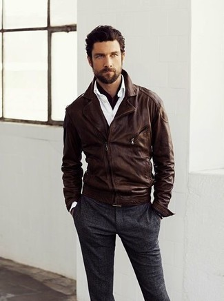 Paaren Sie eine dunkelbraune Leder Bikerjacke mit einer dunkelgrauen Wollanzughose für Drinks nach der Arbeit.