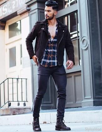 Wie kombinieren: dunkelbraune Wildleder Bikerjacke, weißes und rotes und dunkelblaues Langarmhemd mit Schottenmuster, dunkelblaue enge Jeans, schwarze Lederfreizeitstiefel