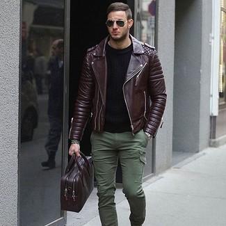 Wie kombinieren: dunkelbraune Leder Bikerjacke, schwarzer Pullover mit einem Rundhalsausschnitt, olivgrüne Cargohose, dunkellila Leder Aktentasche